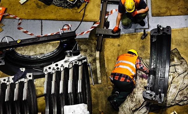 Bild från turbinhallen vid Alholmens Kraft under en genomgång av de tre gigantiska generatorerna för ett par somrar sedan.
