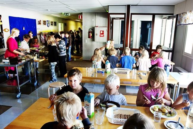 Då Pettersbacka skola stängs, får eleverna gå i finsk skola i Vörås grannkommuner i stället.