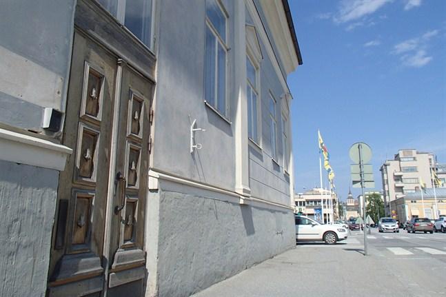 Ebba köpte Storgatan 10 av staden Jakobstad. Byggnadsföretaget Mäenpää Ab hann bara betala handpenningen innan bolaget gick i konkurs.
