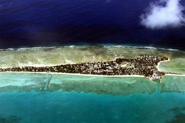På atollen Tarawa ligger Kiribatis huvudstad med samma namn.