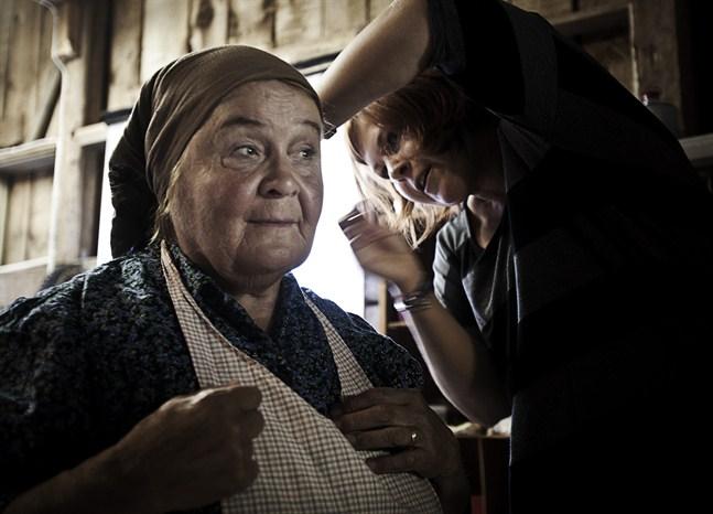 """Kaija Grannas medverkade i """"Lumpänglar"""" på Kyroboas i Oravais 2013. Det är Anna Vesterback som gör hennes hår i ordning."""