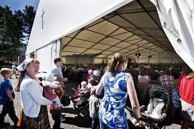 Laestadianernas sommarmöten i Österbotten brukar samla omkring 5 000 personer. Bilden är tagen i Ytteresse. Men de här sommarmötena samlar en annan falang än de västlaestadianer eller förstfödda laestadianer som Paula Liukkonen beskriver i sin bok.