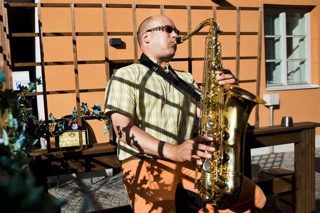 Pertti Ahonen spelar saxofon i bandet Five Steps.