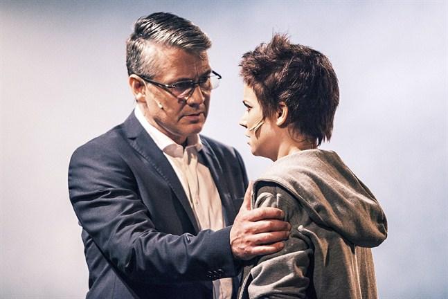 """""""Fighting Star"""" handlar också om förhållandet mellan en dotter (Carolina Storrank) som vill förverkliga sin dröm och en far (Geir Rönning) som anser att dotterns val påverkar hans karriär negativt."""
