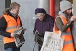 HSS Medias personal delar ut provtrycket av tabloiden.
