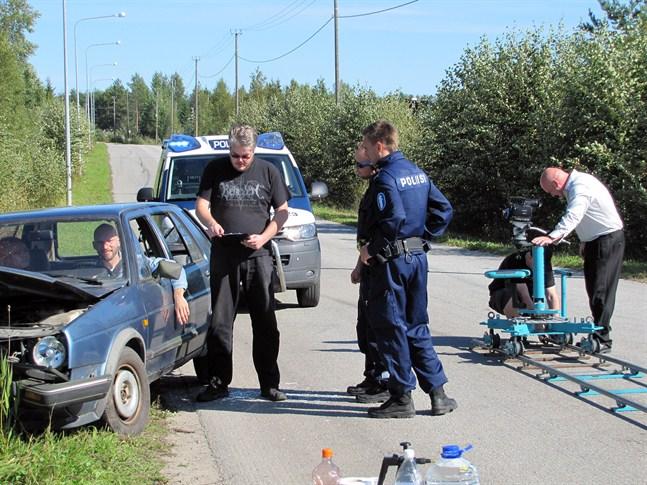 Regissören Mattias Holmberg instruerar skådespelarna på inspelningsplatsen i Jakobstad i somras.