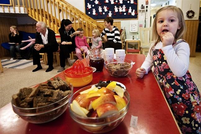 Noelle Armstrong smakar på sött, salt, surt och beskt. Barnen på Trivselvrån är ivriga och nyfikna då det gäller att testa smaker. För Armstrong har persilja blivit en ny favorit.