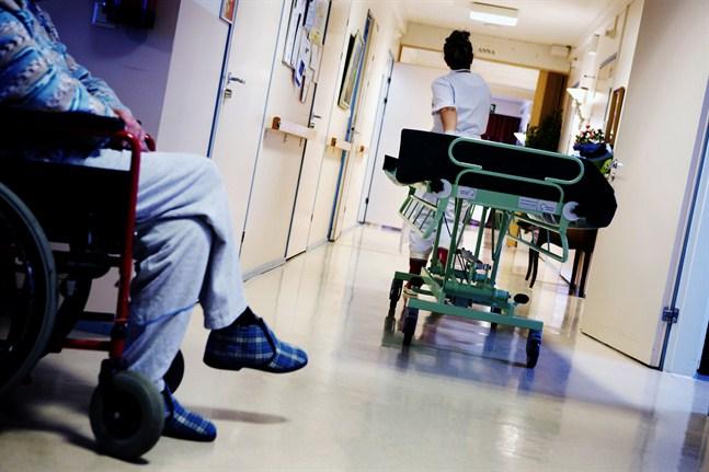 Utvalda områden i social- och hälsovården kunde testa förkortad arbetstid, föreslår Jacob Storbjörk.