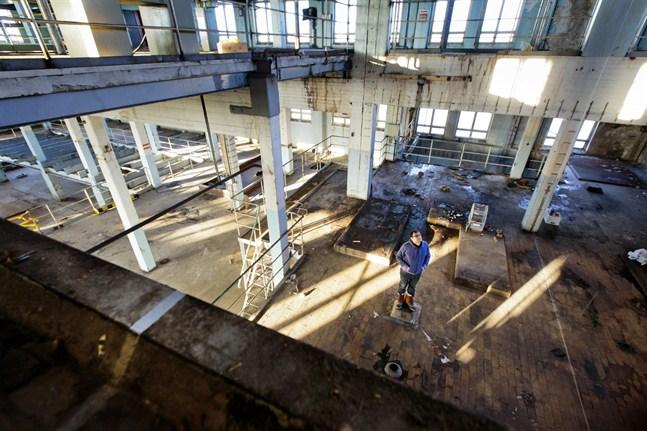 I sitt konstprojekt har Yann Vanderme utforskat förhållandet mellan det förflutna och dagens verklighet i fabrikshallen i Sockerbruket på Vasklot.Den smutsiga och slitna salen har inspirerat den franske konstnären Yann Vanderme, samtidigt som det varit hans arbetsrum de senaste veckorna.Den restaurerade remsan löper över golv, väggar och tak.
