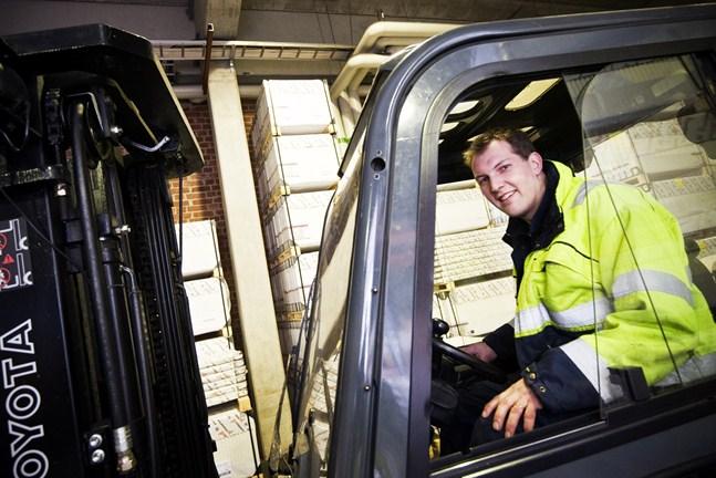 Viktor Kock jobbar i lagret på Rettig Värme i Jakobstad.
