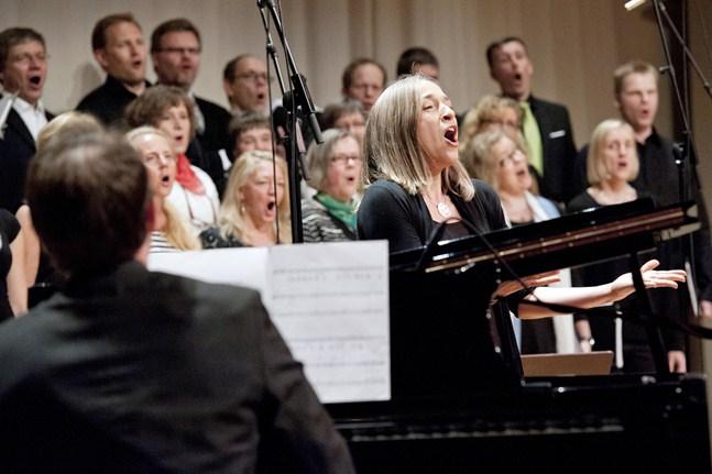 Tove Leppilampi är en av solisterna när Betaniakören och Amigo Choral ger konserter i Vasa och Närpes.