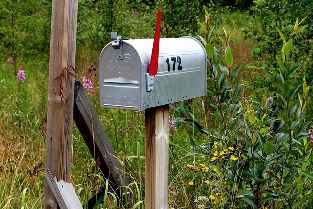 En brevbärare åtalas misstänkt för att ha slängt bort post i stället för att dela ut den.