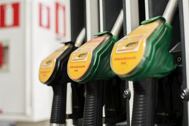 Det finns ingen risk att det blir brist på olja i Finland. Bensinpriset kan påverkas, men inte så mycket, förutspår expert.