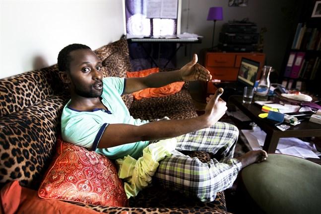 Mwangi visar hur käken bröts när han blev slagen. Under fyra år i Vasa har han sett mycket rasism.