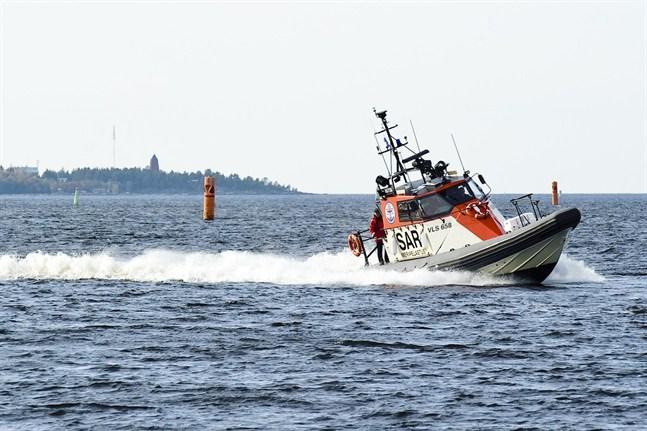 Sjöräddningscentralen i Åbo följer situationen med FFS Atlas.