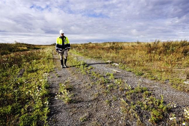 Sunnanviks avstjälpningsplats var i bruk mellan 1966 och 2000. På bilden syns Antti Ruokonen från kommuntekniken.