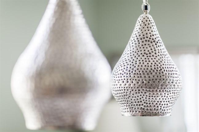 Lampan ovanför matsalsbordet är fyndad från Minimani.