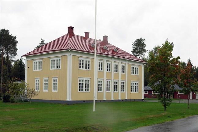 Förskolebarnen i Maxmo är i karantän fredagen ut. Därefter ser det ut som att förskolan kan öppna igen. Förskolan ligger intill Maxmo Kyrkoby skola (bilden).