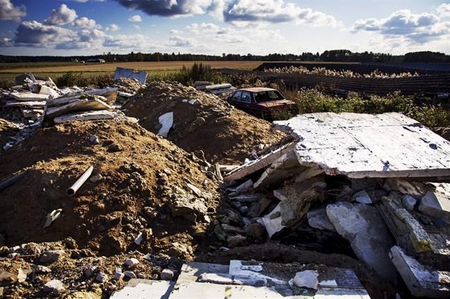 Avfall från renoveringen i Dragnäsbäck fördes till en tomt i Toby, där sedan också stora mängder byggavfall från Malax hälsovårdscentral landade.