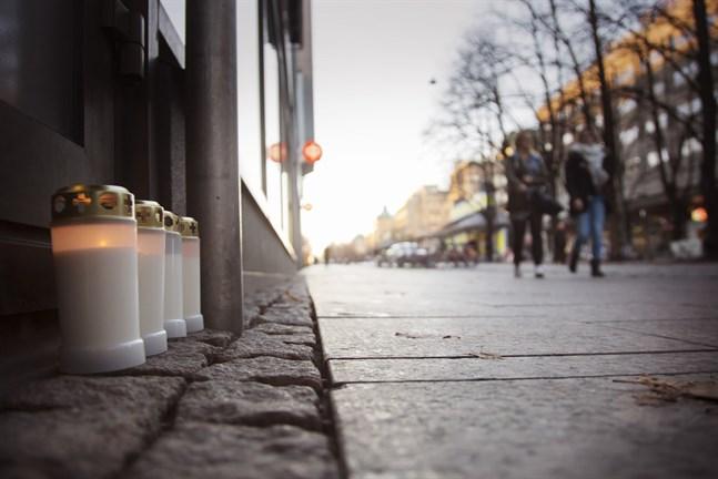 Måndagen den 27 oktober 2014 knivhöggs en man till döds utanför HS-center på Hovrättsesplanaden i Vasa. Gärningsmannen var bara 16 år. Och han skulle slå till fler gånger.