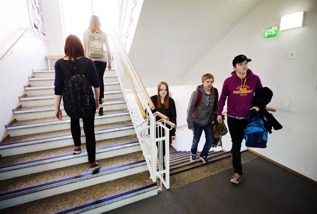 Studerande i Vaasan lyseon lukio och Vasa gymnasium kan ha smittats av coronavirus. Personerna på bilden har inget med smittan att göra.