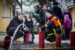 Kennet Carlström med sonen Melvin Carlström försöker pricka rören med vattenstrålen. Peter Dahlström övervakar.