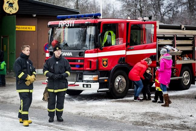 Brandbilar och utrustning förevisades i Dragnäsbäck.