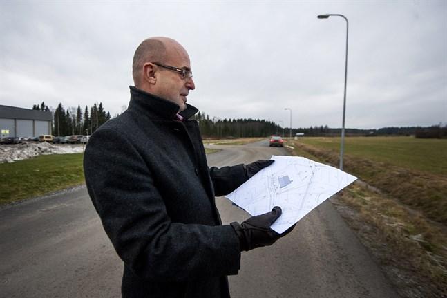 Ole Snellman betraktar ritningarna på den nya produktionsfastigheten som kommer att byggas i Edsevö brevid Fresh.