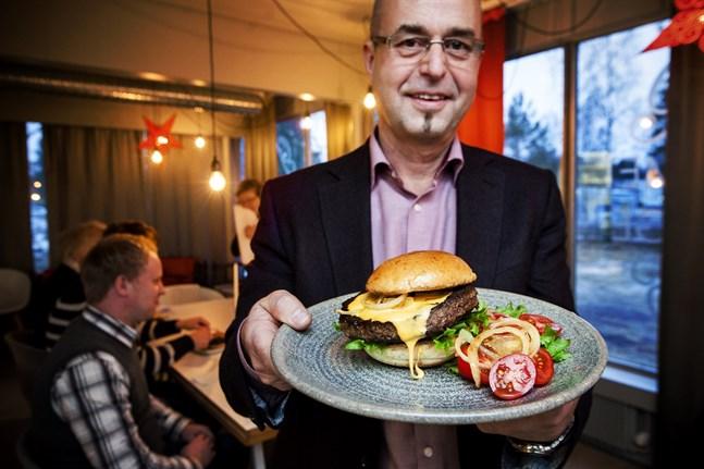 Ole Snellman visar upp sin nya produkt en biff av angus och hereford kött.