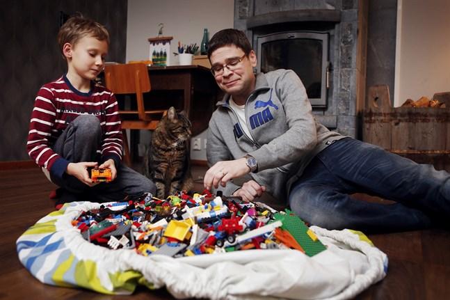När Kennet Öst började få behandling för Fabrys sjukdom var han patient nummer 33 i Finland. På bilden leker han med sonen Linus och katten Bellman.