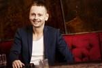 Patrik Linman ordnar 80-tals kväll på Oliver's Inn i Vasa.