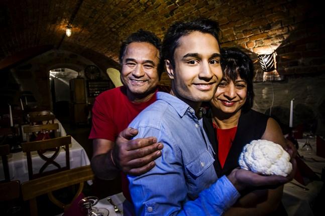 Blomkålen får symbolisera hjärnan. Bharat och Renu Raj är stolta över sonen Rahul Raj.?
