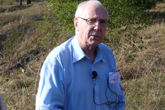 Allan Finholm i Tienhaara i maj 2006 på en veteranresa där han  redogör för striden på midsommarafton den 23 juni 1944.