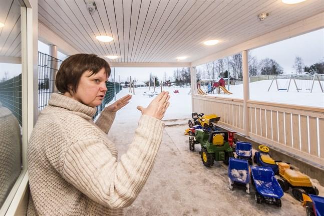 Erica Nygård, tf chef för småbarnspedagogik och förskola, ser flera fördelar med att Kronoby långtidsanställer vikarier.