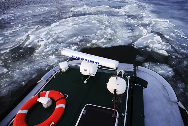 Svävaren är ett bra räddningsfordon när isen varken bär eller brister.