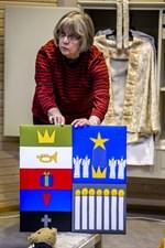 Inga-Lill Portin visar upp Linda Andtbackas förslag till altartavla.
