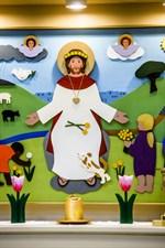Altartavlan är flerdimensionell och gjord av Ann-Maj Smedman-Skog.