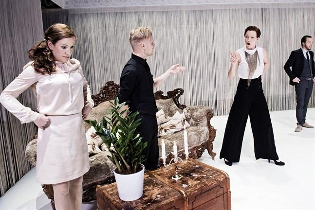 """Verkligheten är inte alltid vad den ser ut att vara i Viirus uppsättning av """"Perplex"""". På scenen Nina Palmgren, Oskar Pöysti, Maria Ahlroth och Viktor Idman."""