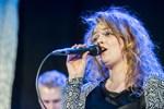"""Rebecca Varhama sjöng på finska och fick ett glatt """"Kiitos!!"""" från en medlem i publiken."""