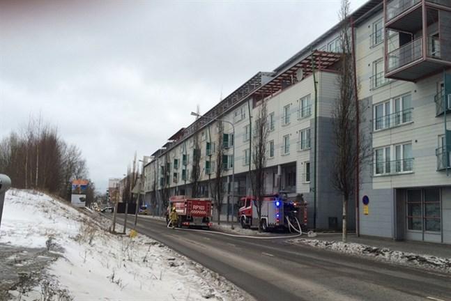 En person fick föras till sjukhus efter en brand i Olympiakvarteret
