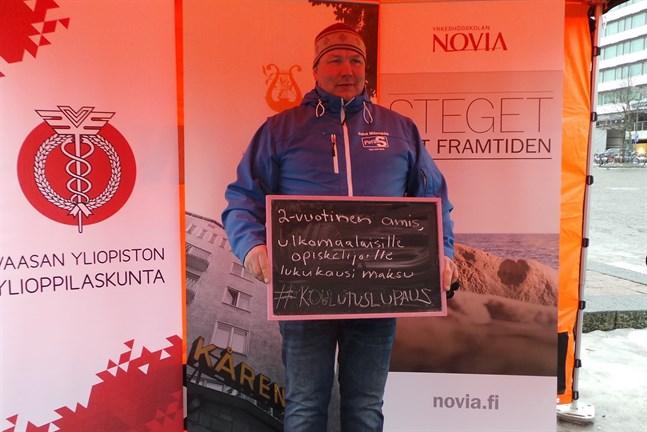 Inför riksdagsvalet 2015 stod sannfinländaren Juha Mäenpää på torget i Vasa och lovade utländska studerande tvåårig yrkesutbildning, mot terminsavgift.