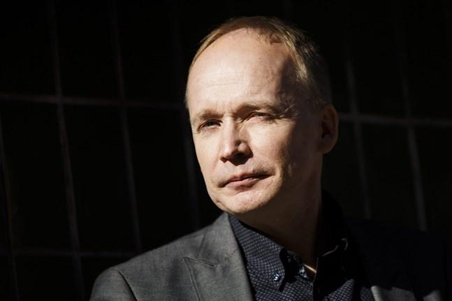Kalle Kniivilä är journalist som följt med skeendena i Ryssland under många år. Han har också gett ut flera böcker om landet.