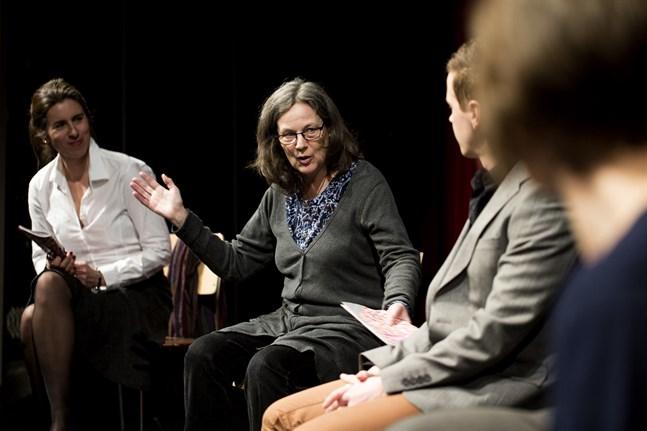 Anna Simberg ska jobba som teaterdramaturg på deltid. Till vänster Åsa Salvesen.