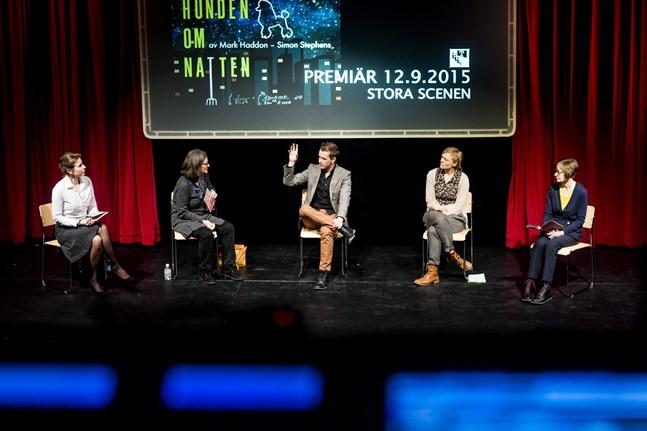Från vänster teaterchefen Åsa Salvesen, teaterdramaturgen Anna Simberg, skådespelaren Markus Lytts, regissören Agneta Lindroos och administrativa chefen Marit Berndtson.