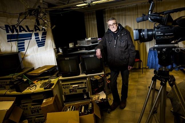 Alf-Håkan Antell gräver i arkiven. Malax TV börjar sända program från 1990-talet på eftermiddagarna.