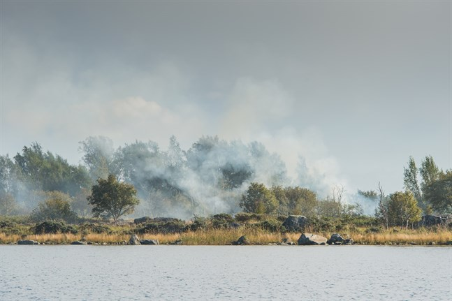 I dag pågår hedbränning på öarna vid Björkögrunden.