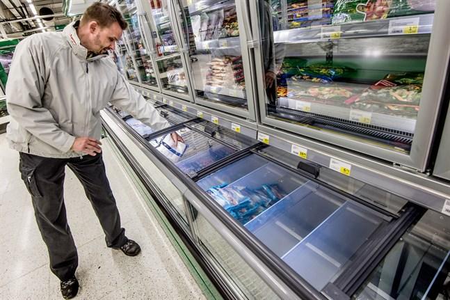 Frysdiskarna gapar tomma där räkorna i vanliga fall brukar ligga. På Prisma räknar Antti Korpela med att kilopriset på räkor är högt länge efter att frysdiskarna åter fylls.