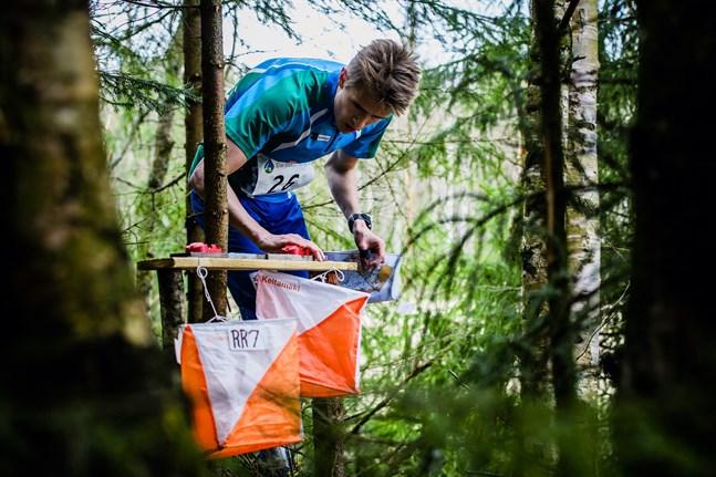 Lauri Koivumäki såg till att Karleby låg i delad ledning inför sista sträckan där man var starkast och segrade i Mellersta Österbottens landskapsstafett i Kalajoki under söndagen.