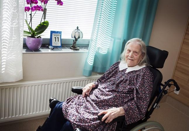 Visst har blomman i fönstret vacker färg, säger Helfrid Eriksson, 106 år. Hon är jämnårig med tio andra finländare.