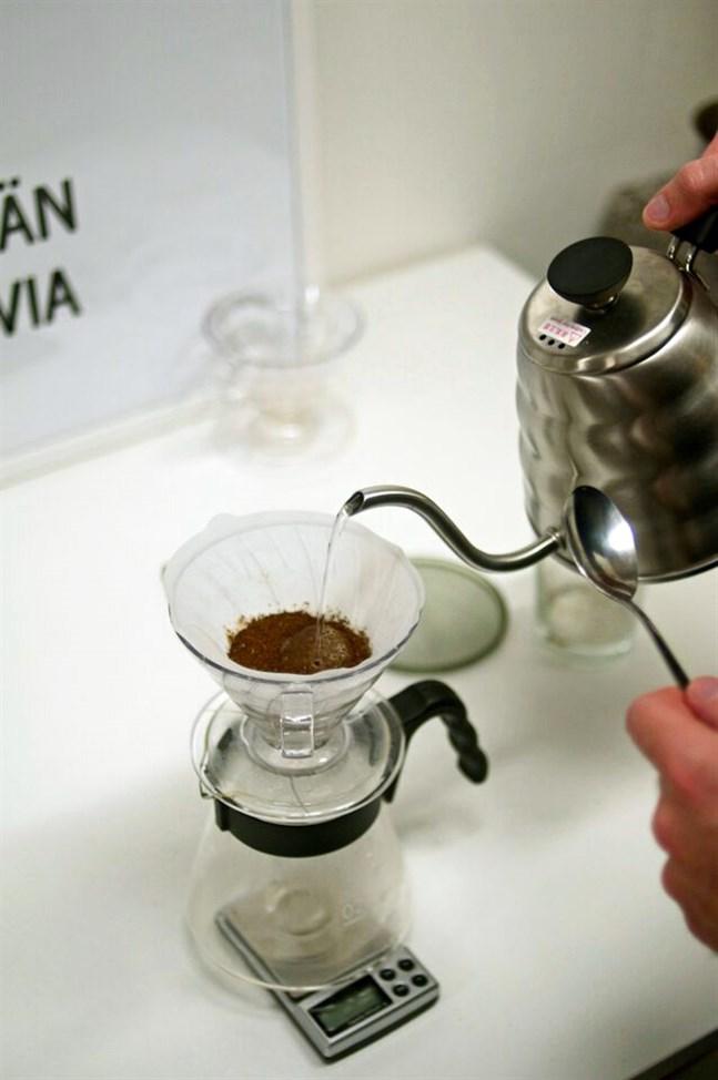 Den som vill koka kaffe med finess tar fram köksvågen för att mäta rätt proportion kaffe och vatten. Man kan utgå från sex gram malda bönor per en deciliter vatten, säger Manuel Linnankoski.
